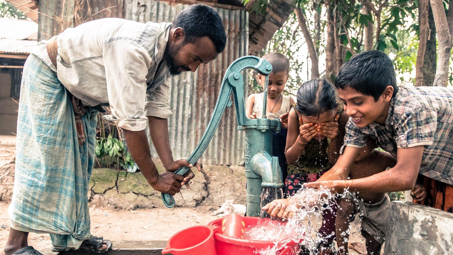 bénéficiaire qui pompe de l'eau